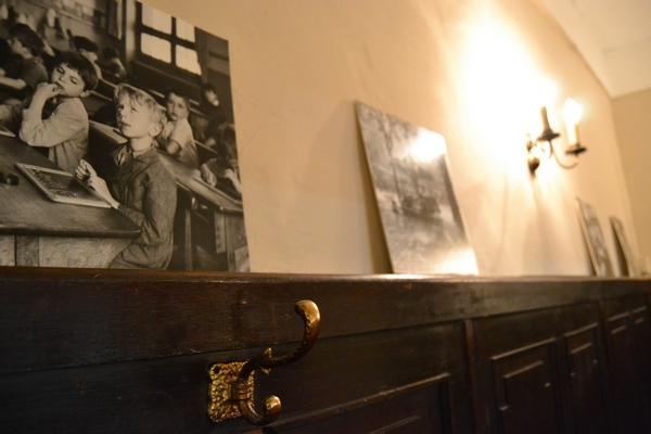 Bild 4 der Brasserie La Galette: Tischreihe Podest